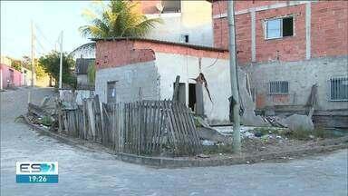 Casa abandonada vinha motivo de reclamação para moradores de Linhares, ES - Eles estão preocupados com os riscos que a construção traz para a comunidade.