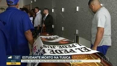 Parentes e amigos se despedem de Gabriel Pereira, estudante morto por bala perdida - A família de Gabriel Pereira Alves, de 18 anos, enterrou o corpo do estudante neste domingo (11). O jovem foi morto por uma bala perdida durante uma troca de tiros entre bandidos e policiais na Tijuca.