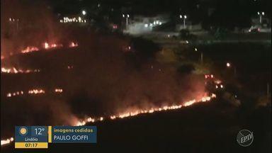 Moradores da RMC registram áreas atingidas por chamas; problema se agrava com tempo seco - Em Campinas, Hortolândia e Americana tiveram morados se queixando das queimadas. Ninguém se feriu.