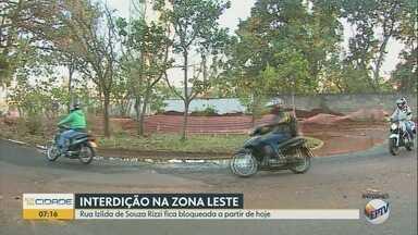 Obras de drenagem interditam rua na zona Leste de Ribeirão Preto - Rua Zilda de Souza Rizzi deve ficar bloqueada por 15 dias.