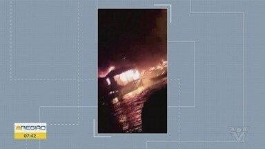 Incêndio destrói 15 moradias na comunidade do Mangue Seco em Santos - De acordo com o Corpo de Bombeiros, ninguém se feriu.