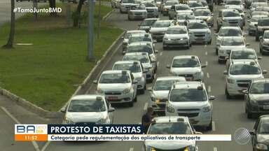 Trânsito: acidente e protesto causam engarrafamento na Avenida Paralela - Os taxistas fizeram uma carreata na via na manhã desta segunda-feira, pedindo a regulamentação do transporte por aplicativo.