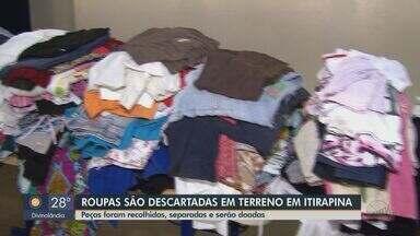 Roupas são descartadas em terreno baldio em Itirapina - Peças foram recolhidas, separadas e serão doadas.