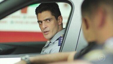 Góes foge quando Peixoto aborda Marco - Marco tenta despistar o capitão, mas acaba nem percebendo quando Góes sai do carro