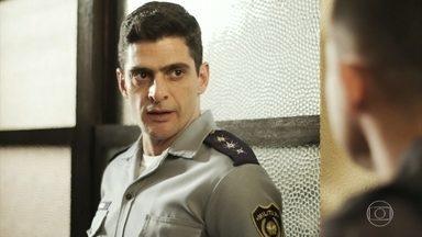 Marcos conta a Peixoto sobre encontro com Góes - O major diz que o cabo está pensando em entregar os envolvidos no esquema que acabou com a morte de Zé Carlos