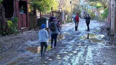 Moradores da Ilha Grande dos Marinheiros enfrentam ruas com lamaçal e buracos - Além dessa situação, lixo acumulado ainda é encontrado no local.