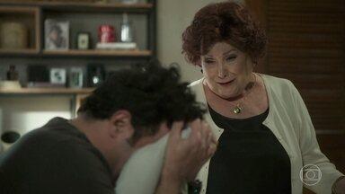 Abner e Latifa sofrem longe um do outro - Ester tenta animar o filho, que não quer saber de conversa
