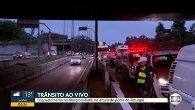 Engavetamento e caminhão entalado causam lentidão na Marginal Tietê - Acidentes aconteceram próximo a Ponte do Tatuapé