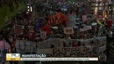 Protesto a favor da educação reúne manifestantes no Centro - Estudantes e professores criticaram o congelamento de verbas.
