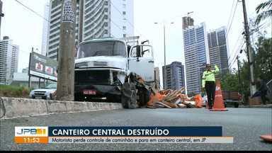 Caminhão fica sem freio e destrói canteiro central, em João Pessoa - Motorista perde controle de caminhão e para em canteiro central, no Altiplano.