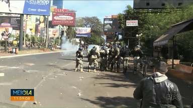 Protesto e confronto fecham a Ponte da Amizade - Manifestantes pedem a saída do presidente Mario Abdo Benítez.