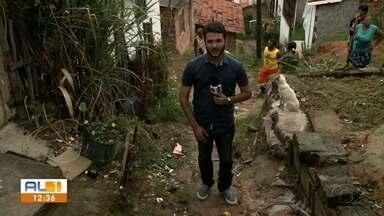 Moradores improvisam passagem em escadaria no bairro Fernão Velho - Muita gente já sofreu acidente no local.