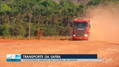 Péssimo estado das rodovias no Maranhão aumenta o custo da produção agrícola - No sul do estado, as safras de grãos estão sendo transportadas para o Porto do Itaqui, mas os caminhoneiros enfrentam estradas com muita poeira e buracos.