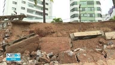 Maré alta derruba trecho de calçadão e parte de bancos na orla de Olinda - Problema ocorreu de madrugada, em Casa Caiada