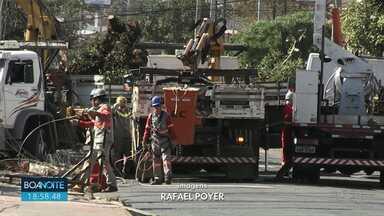 Quase 700 casas ficam sem luz depois que postes se quebram em Ponta Grossa - O acidente foi durante obras de galerias de água da chuva.