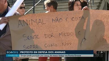 Protesto em Ponta Grossa pede punição por casos de maus-tratos a animais em Ponta Grossa - Os manifestantes carregavam cartazes exigindo punição aos culpados pelos maus tratos. Neste ano na cidade, a Guarda Municipal já registrou 256 casos de maus tratos.