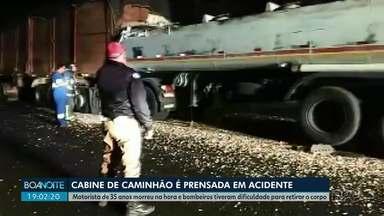 Motorista de caminhão morre ao colidir na traseira de um outro caminhão - Cabine ficou prensada. Bombeiros tiveram dificuldades para retirar o corpo do motorista de 35 anos.