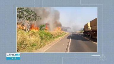 PRF interdita BR-364 em Jaru por conta da fumaça - Pista foi liberada após equipe conter as chamas.