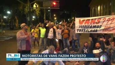 Permissionários de vans protestam em frente à Câmara de Vereadores de Campos - Eles reclamam da demora no processo para o início do trabalho