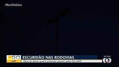 Falta de luz atrapalha tráfego na GO-040, em Goiânia - Passageiros do transporte coletivo reclamam de insegurança por causa da escuridão.