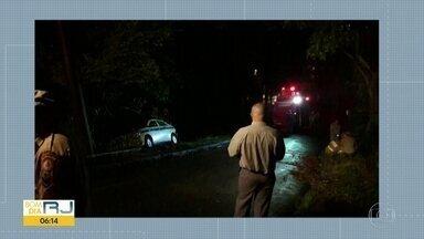 Táxi vai parar em barranco na comunidade Santa Marta - Moradores dizem que falta de luz na rua causou acidente.