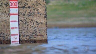 Abastecimento de água é prejudicado pela falta de chuva - O abastecimento de água em Bauru e Marília está prejudicado por falta de chuva. As lagoas de captação estão em níveis críticos. E para as torneiras das casas não ficarem secas, os moradores precisam economizar.