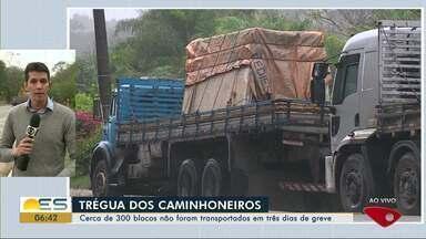 Caminhoneiros do setor de rocha dão trégua na greve no Sul do ES - Cerca de 300 blocos não foram transportados em três dias de greve. A trégua vai acontecer por uma semana.