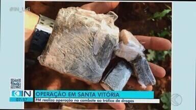 Grupo é detido com drogas e arma de fogo em operação contra tráfico em Santa Vitória - Polícia Militar chegou aos suspeitos por meio de mandados de busca e apreensão nos endereços deles.
