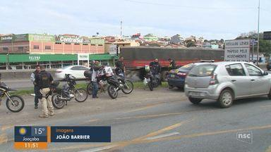 PRF e Autopista Litoral Sul distribuem antenas corta-linha à motociclistas em São José - PRF e Autopista Litoral Sul distribuem antenas corta-linha à motociclistas em São José