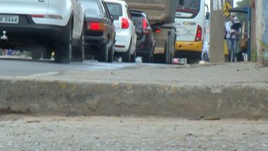 Pedestres reclamam de calçadas estreitas e sem manutenção em Mogi - Para mandar uma denúncia ou sugestão para o WhatsApp da TV Diário, o número é 9.9377-7142.