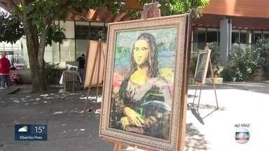 """Artista recria obras famosas com sacolas plásticas abandonadas na natureza - """"Monalisa"""". """"O Grito"""" e outras pinturas foram reproduzidas com plástico pelo artista Eduardo Srur."""