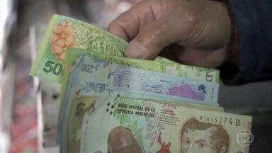Após anúncio de pacote econômico, peso argentino volta a ter valorização - A moeda argentina subiu 4,7% e está sendo negociada a 55 pesos por dólar.