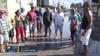 Moradores da Vila Fátima, em São Vicente, SP, reclamam de enchentes e falta de asfalto - População entrou na Justiça contra a Prefeitura de São Vicente.
