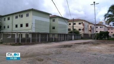 Moradores do Pinheiro que recebem ajuda humanitária temem perder benefício - Eles precisam apresentar contrato de aluguel do imóvel para onde se mudaram, mas muitos não têm esse documento.