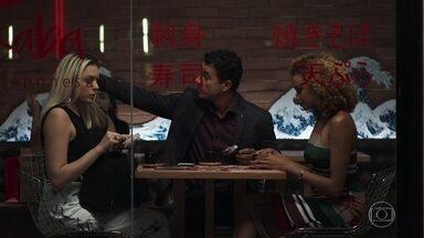 Sílvia e Kim rejeitam carona de Márcio - Rapaz é abandonado por moças