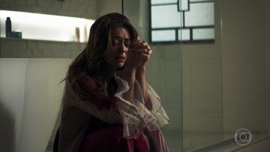 Maria da Paz questiona Régis após conversar com Rock - Chorando, a boleira deseja saber motivo para o rapaz estar com ela