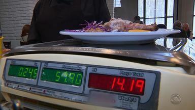 Custo de almoçar fora de casa sobe quase o dobro em uma década, diz estudo - Assista ao vídeo.