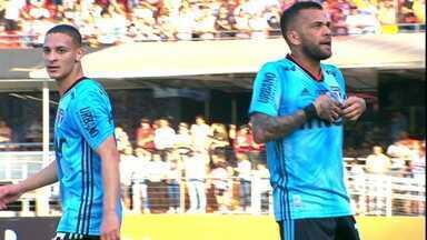 Daniel Alves estreia no São Paulo com grande atuação, lances de efeito e gol - Daniel Alves estreia no São Paulo com grande atuação, lances de efeito e gol