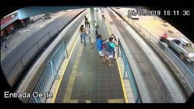 Homem é preso suspeito de assaltar passageiros no Eixo Anhanguera, em Goiânia - Um vídeo mostra quando ele aborda uma das vítimas, com uma faca.