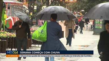 Há dois meses não chovia tanto em Curitiba - Chuva trouxe queda de temperatura e caos no trânsito da capital.