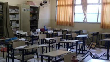 Escola Municipal de Jundiapeba, em Mogi, é invadida e vandalizada - A Guarda Civil Municipal chegou no local quando uma criança e quatro adolescentes ainda estavam no prédio. Com eles, foram encontrados lápis, cadernos e outros materiais da escola.