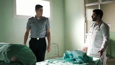 Cabo Góes some do hospital - O ex-policial é levado praticamente desacordado em um carro