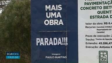 Obra de asfalto anunciada em placa do Governo há quase um ano ainda não começou - A estrada de Catanduvas em Carambeí deveria ter sido pavimentada até maio deste ano.