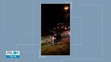 Motos e caminhão se envolvem em acidente na parte alta de Maceió - Três pessoas ficaram feridas.