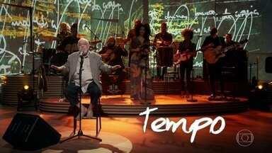 """Paulo César Pinheiro apresenta """"Poder da Criação"""" e fala sobre processo de composição - Ele conta que é sempre inspirado pelo """"mistério da criação"""". O compositor também contou que tem uma """"ajuda"""" na hora de compor"""