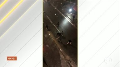 Polícia tenta identificar motorista que atropelou três pessoas no Centro de SP - O motorista estava um carro de luxo e fugiu sem prestar socorro. Os dois moradores de rua e o caricaturista atropelados estão fora de perigo.
