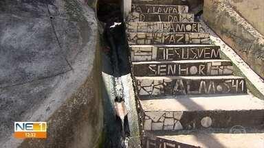 Moradores denunciam vazamento de água limpa em muro de arrimo - Flagrante foi feito no bairro de Água Fria e moradores estão preocupados.