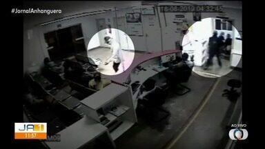 Assaltantes invadem UPA de Valparaíso de Goiás e roubam celulares de pacientes - Ação foi flagrada por câmeras de segurança da unidade de saúde.