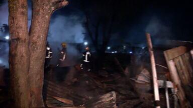 Incêndio atinge casas na Ilha do Pavão em Porto Alegre - Moradora afirmou à RBS TV que o ex-companheiro dela foi o responsável pelo fogo, por ele não aceitar o fim do relacionamento. Duas residências ficaram destruídas. Polícia diz que ainda investiga se o incêndio foi criminoso e aguarda perícia.