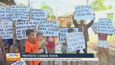 Moradores bloqueiam uma das principais vias do bairro Cidade Nova para cobrar asfaltamento - Moradores bloqueiam uma das principais vias do bairro Cidade Nova para cobrar asfaltamento
